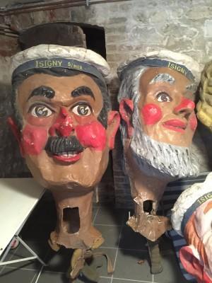 Quatre têtes de carnaval en papier mâché.