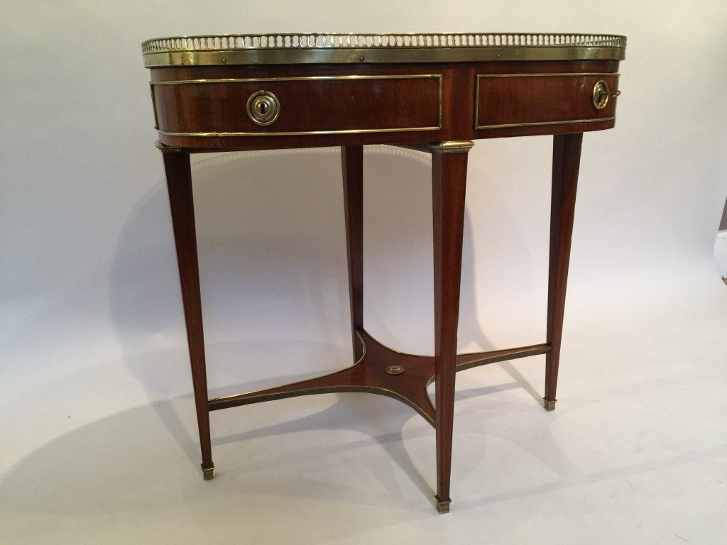 Table ovale apparentée a une table bouillotte d'époque XVIII ème siècle.