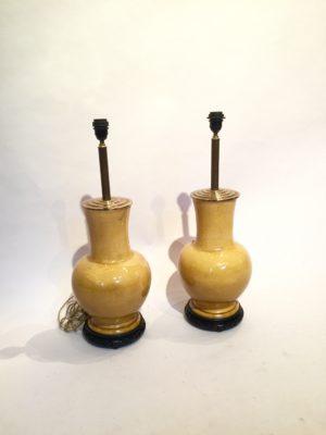 Paire de lampe chinoise en faïence jaune.