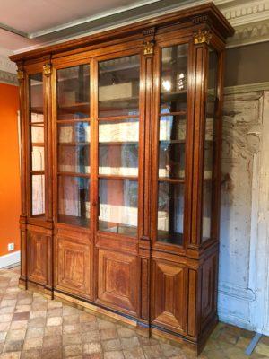 Bibliothèque d'époque Restauration ouvrante à cinq portes.