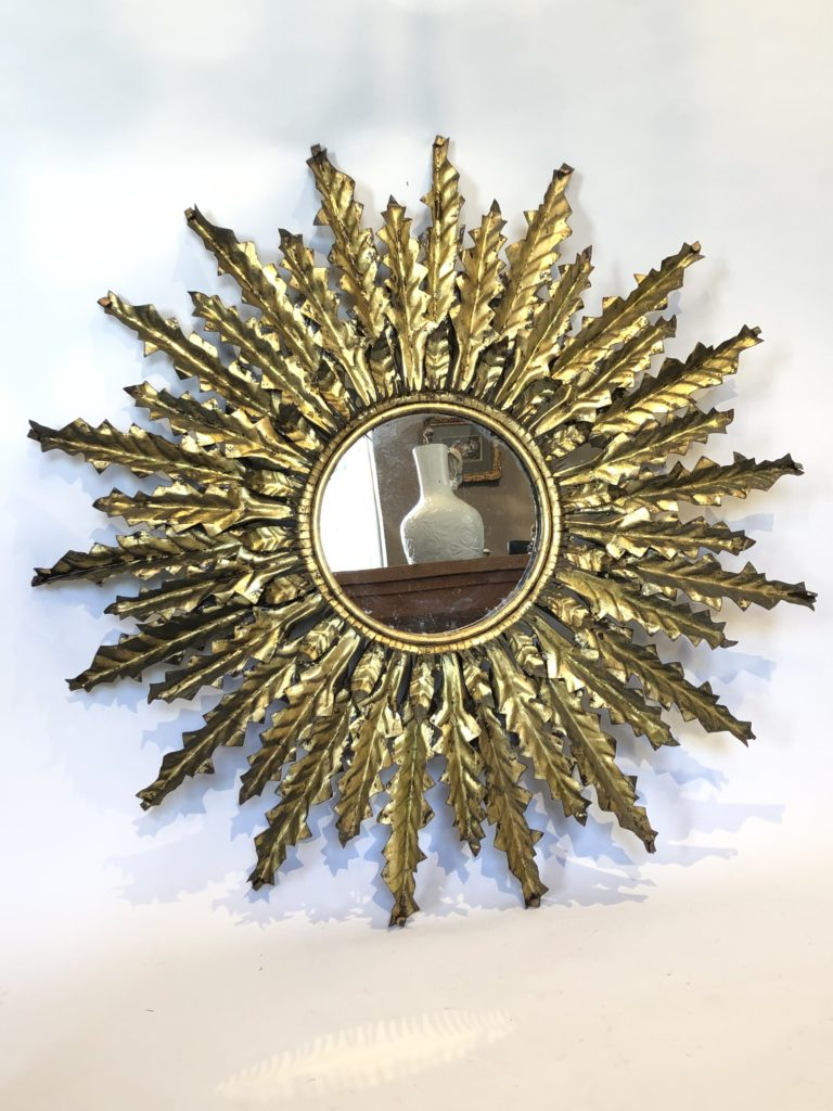 Miroir soleil en métal doré.87 cm de diamètre.
