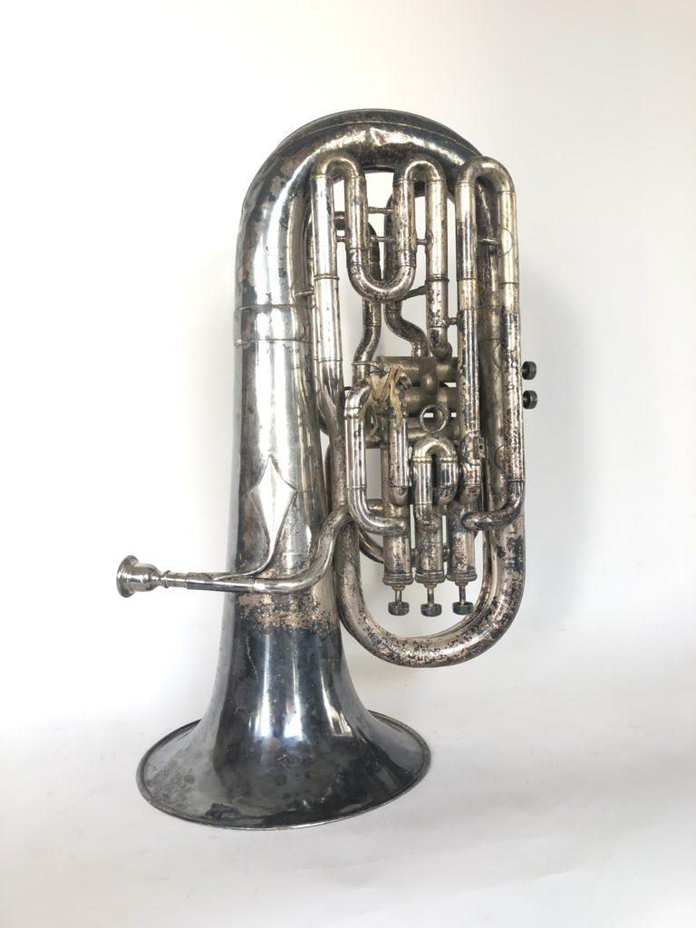 Tuba à deux rangées de pistons.