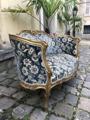 Canapé de petites tailles  de style Louis XV en bois doré.