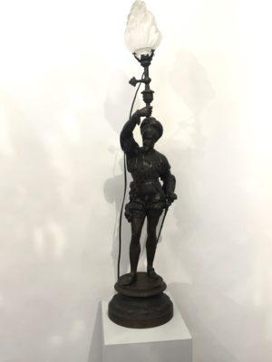 Lampe représentant un soldat de l'époque du XVI éme siècle.
